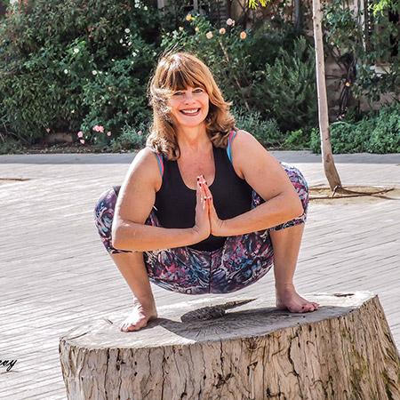 תנוחה המותחת את הירכיים, הקרסוליים, הגב והצואר, מחזקת את האגן והמפרקים, מעצבת את שרירי הבטן ומסייעת בשיפור העיכול וחילוף חומרים בגוף. ברמה האנרגטית התנוחה מרגיעה את הגוף.