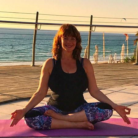 תנוחה המרגיעה ומייצבת את הגוף. ישיבה בלוטוס מסייעת ביישור עמוד השדרה המאפשרת נשימה רגועה ועמוקה ומאפשרת התכנסות פנימית של החושים וכניסה למצב מדיטטיבי.