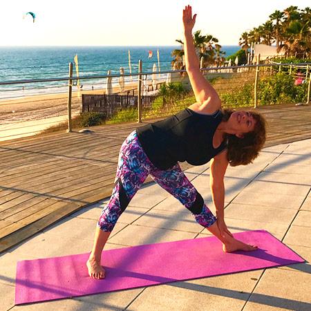 """תנוחה המחזקת את הרגליים, הירכיים, הזרועות והגב, מותחת את החזה והכתפיים ומפעילה את איברי הבטן לשיפר העיכול. התנוחה דורשת מיקוד, וריכוז ומלמדת אותנו את עיקרון ה""""השתרשות בד בבד עם צמיחה"""" : פלג גוף תחתון מושך כלפי מטה ופלג גוף עליון מושך כלפי מעלה ועלינו למצוא את האיזון ביניהם. עיקרון חשוב ליישום בחיים: על מנת להשיג ולהגשים את החלומות והשאיפות שלנו, עלינו להשתרש, להתייצב, לבנות בסיס איתן ומשם לצמוח ולהגשים את יעדנו."""