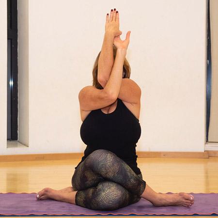 התנוחה פותחת את פלג גוף עליון על ידי מתיחת הכתפיים, השכמות, הגב העליון ופותחת את הלב. הישיבה עם הרגליים במצב של Gomukasana מותחת את הירכיים, משפרת יציבות ומרגיעה את הגוף. ברמה האנרגטית התנוחה מאפשרת התכנסות פנימית, הפוגת מתחים והרגעה.
