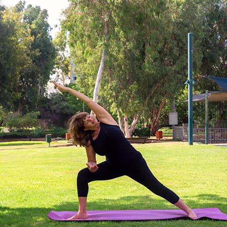 תנוחה מעצימה המחזקת את הרגליים, ברכיים וקרסוליים, מותחת את החזה, הכתפיים והגב, מעצבת את שרירי הבטן, מסייעת בעיכול מקלה על כאבים ומשפרת סיבולת. ברמה האנרגטית: התנוחה מעצימה, מחזקת את הגוף, ומחברת אותנו לעוצמה ולשמחה שבנו.