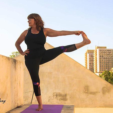 תנוחת איזון מתקדמת המחזקת את הרגליים, הירכיים, המותניים, הגב, ושרירי הבטן ומשפרת את הגמישות. ברמה האנרגטית התנוחה מלמדת אותנו למצוא איזון ומיקוד גם בתנאי סביבה משתנים ובכך מעניקה לנו תחושה של יציבות, עוצמה וביטחון.